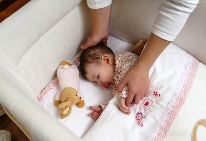 Как часто менять постельное белье новорожденному