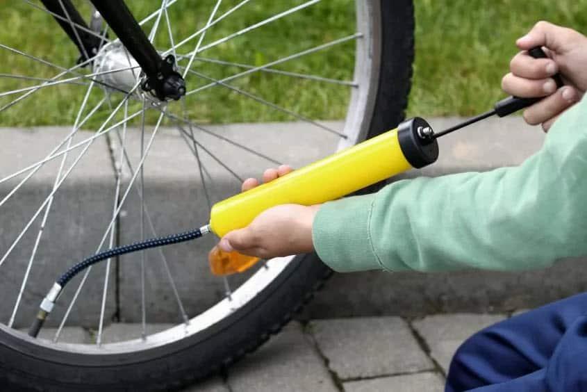 Как накачать колесо велосипеда без насоса