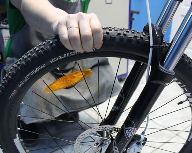 Как определить уровень давления в шинах велосипеда | Как накачать колесо велосипеда без насоса