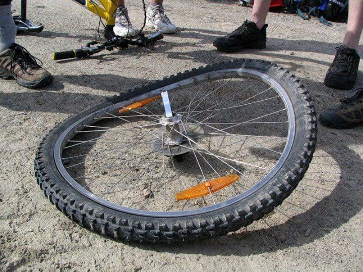 Почему нужно поддерживать давление внутри колес велосипеда | Как накачать колесо велосипеда без насоса